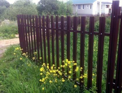 ограда из металлического штакетника