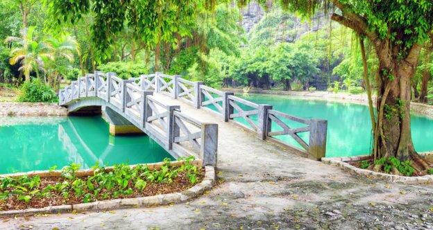Белый мостик через пруд